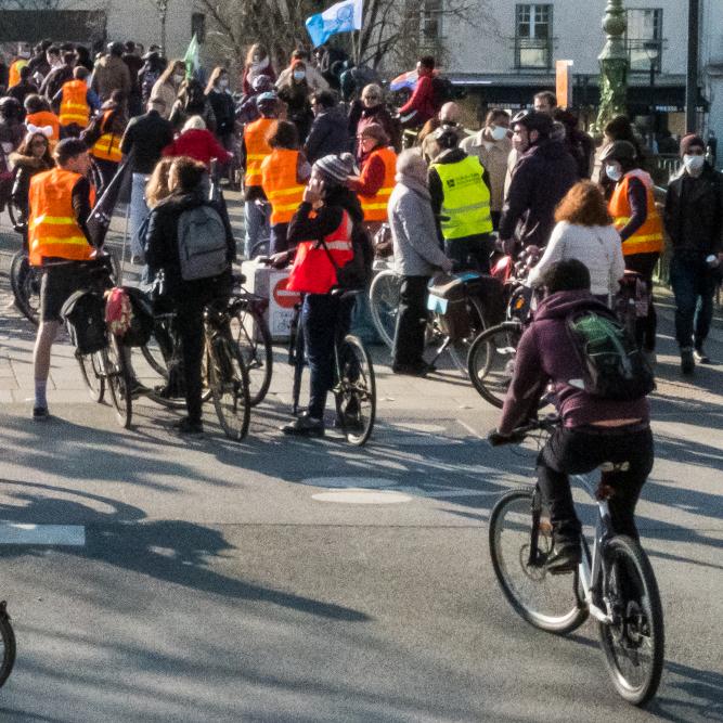 La Vélorution de Nantes passe devant le pont Saint-Mihiel