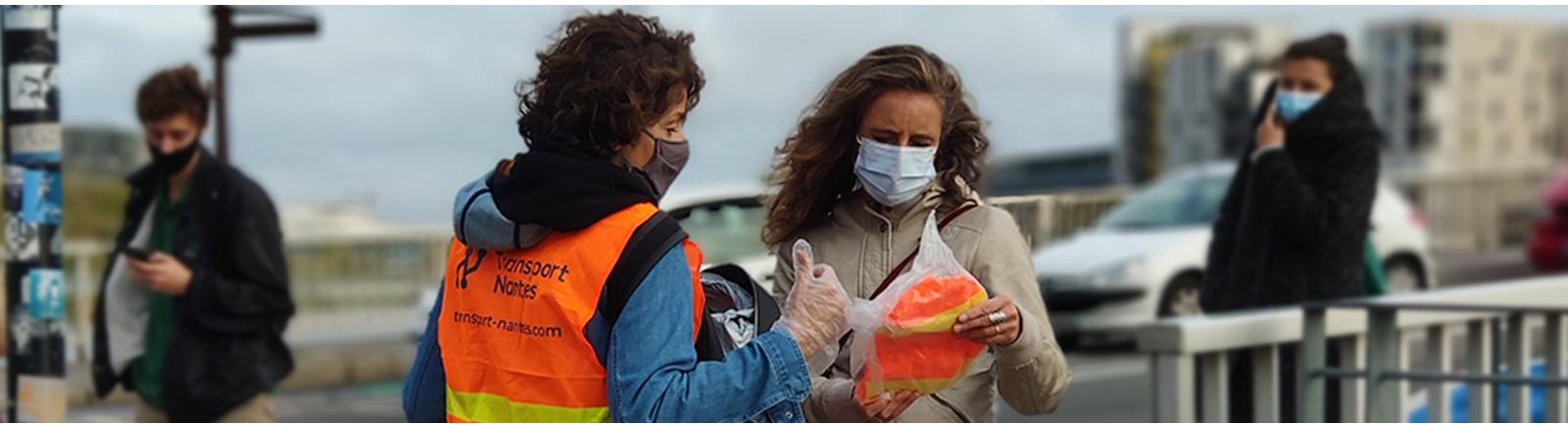 Association Les Mobilitains   Distribution de gilet réfléchissant pour les vélos au pont Anne de Bretagne