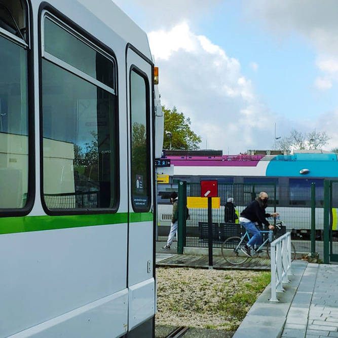 Un TER et un tramway