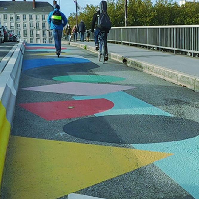 La piste cyclable sur le Pont Anne de Bretagne a Nantes